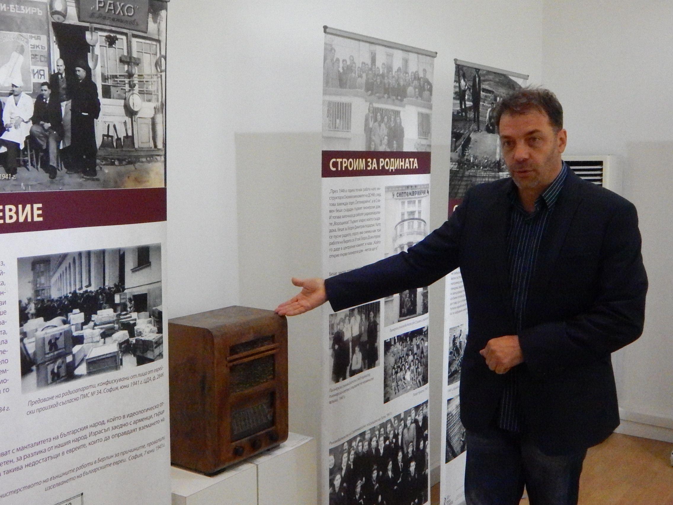 Кураторът проф. д-р Николай Ненов за един от най-любопитните експонати - радиоапарат БРАЛТ