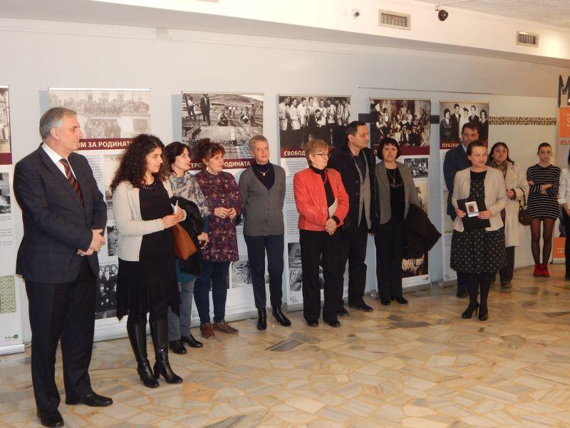 Хиляди студенти от Нов Български Университет ще се срещнат с героите и посланията на изложбата, докато тя гостува в София. Експозицията е подредена пред аулата на академичното средище