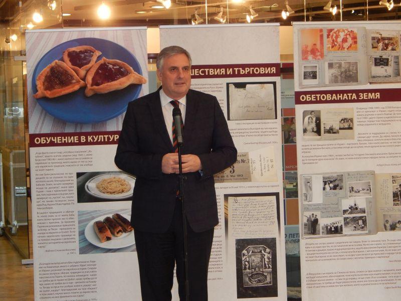 """""""Изложбата за паметта на еврейските общности в България е особено важна в контекста на сложните времена, в които живеем днес,"""" отбеляза вицепремиерът Ивайло Калфин"""